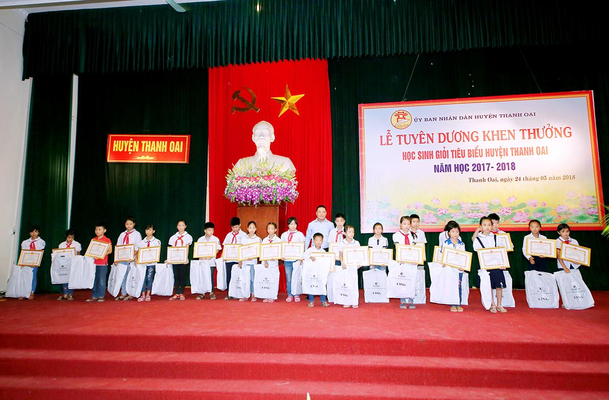 IBC GROUP TRAO THƯỞNG CHO HỌC SINH NGHÈO VƯỢT KHÓ HUYỆN THANH OAI